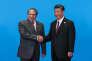 Le président chinois, Xi Jinping (à droite), avec l'ex-premier ministre pakistanais Nawaz Sharif, à Yanqi Lake, au nord de Pékin, en mai 2017.