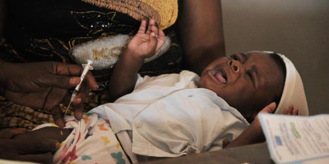 Vaccination dans le centre de santé de Noki, en République démocratique du Congo, en septembre 2015.