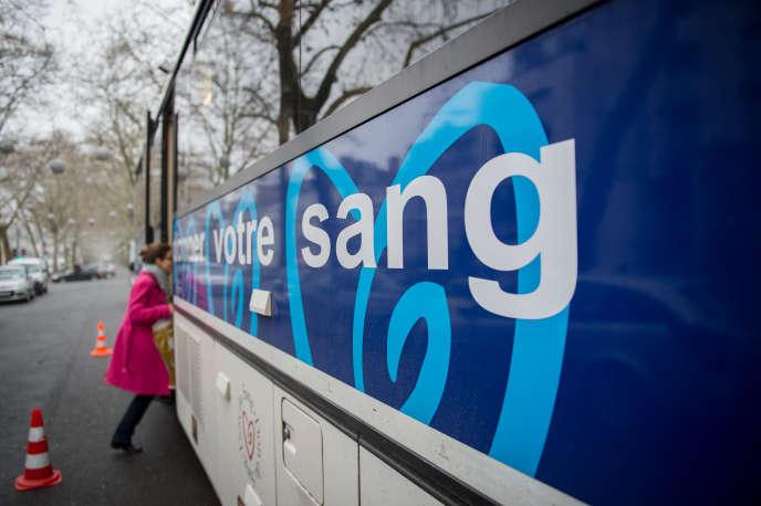 Un bus de l'Etablissement francais du sang (EFS), lors d'une campagne de collecte, à Tours, en décembre 2017.
