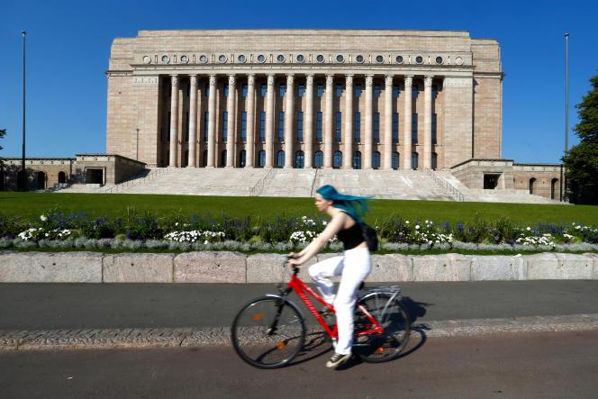 Devant le Parlement de Finlande, à Helsinki, le 16 juillet.