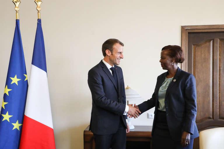 Le président français, Emmanuel Macron, et la nouvelle secrétaire générale de l'OIF, la Rwandaise Louise Mushikiwabo, à Erevan, le 12octobre 2018.