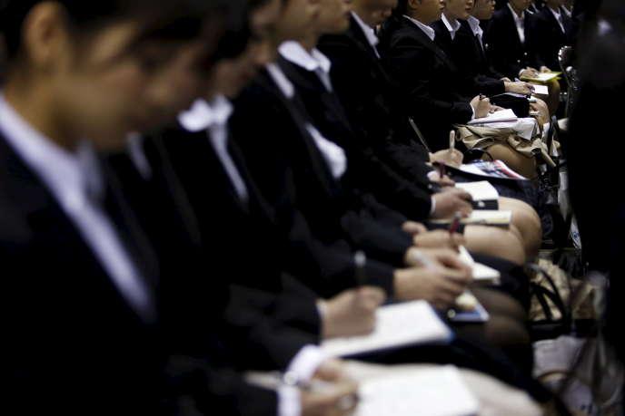 Des candidates en recherche d'emploi lors d'une session d'orientation organisée par une entreprise pour les jeunes diplômés, à Tokyo, en mars 2016.
