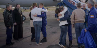 Les deux hommes embrassent leurs familles après avoir atterri à l'aéroport de Krayniy.Cet incident intervient alors que le cosmonaute Alexeï Ovtchinine devait notamment, au cours de son séjour sur l'ISS, vérifier lors d'une sortie dans l'espace un trou découvert sur le vaisseau «Soyouz» MS-09 amarré à la station orbitale.