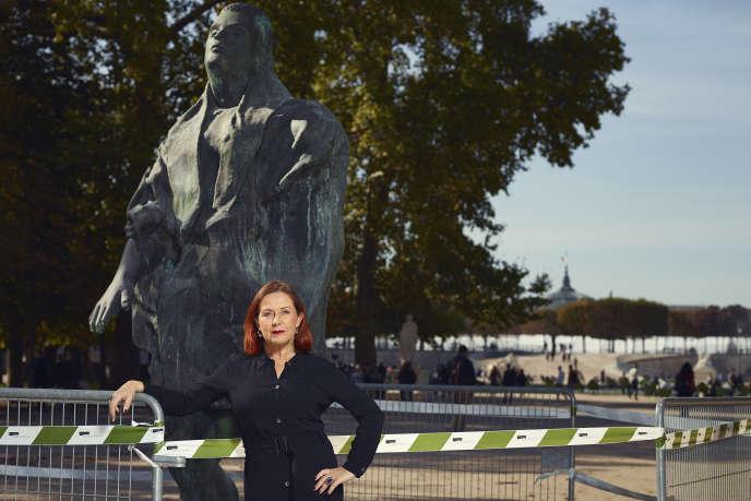 Au jardin des Tuileries à Paris, le 8 octobre, devant l'œuvre de Thomas Schütte, « Mann im Wind, Nr. 2 » (Galerie Pietro Spartà).