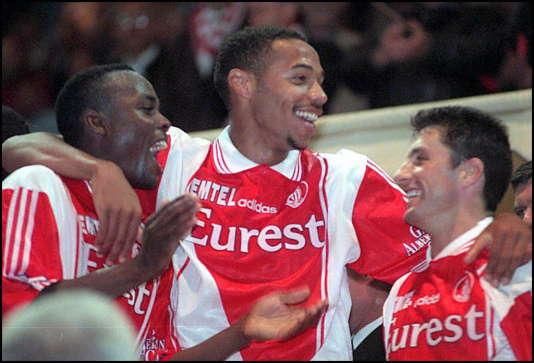 Le 5 mai 1997, Thierry Henry, entouré de Victor Ikpeba (à gauche de l'image) et de John Collins (à droite), célèbre le titre de champion de France de Monaco.