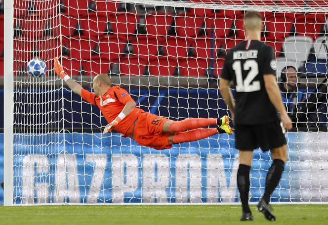 Le gardien de l'Etoile rouge, Milan Borjan n'a pu intercepter le tir de Neymar, l'attaquant du PSG, à Paris, le 3 octobre.