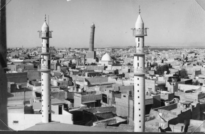 Vue de Mossoul ouest, en Irak, depuis l'église Notre-Dame-de-l'heure, prise en 1972. En arrière-plan, on aperçoit le haut minaret penché de la grande mosquée al-Nouri, qui aujourd'hui n'est plus qu'un tas de pierres.