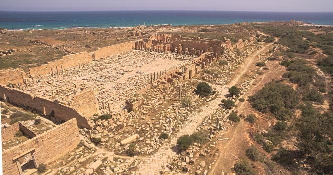 Vue générale de Leptis Magna, la Rome de l'Afrique, sur la côte tripolitaine, en Libye. Fondée à la fin du VIe siècle avant notre ère, elle atteindra son apogée au IIe siècle de notre ère, s'étalant sur 280 hectares et comptant 100 000 habitants. Ses vestiges exceptionnels sont menacés par l'érosion et le trafic illicite des œuvres d'art.