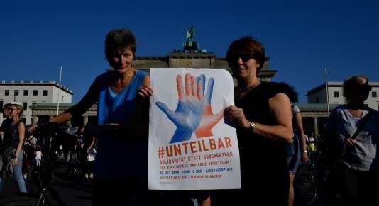La manifestationcontre la haine et le racisme s'est rassemblée sous le hashtag #unteilbar (indivisible)
