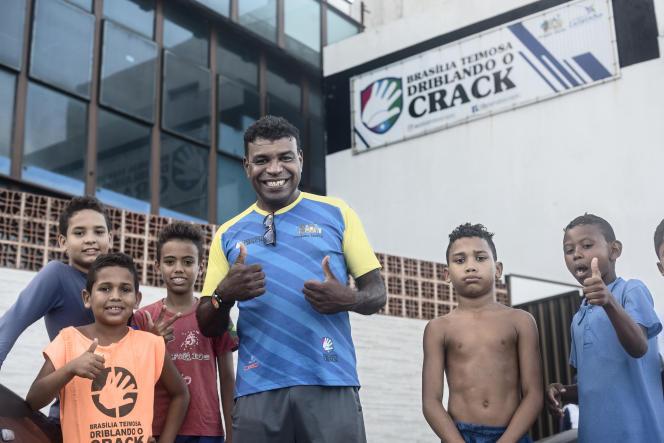 Luis Ferreira da Silva Neto, un professeur de sport, responsable d'un programme social baptisé«Driblando o Crack», à Brasilia Teimosa, le 9 octobre.
