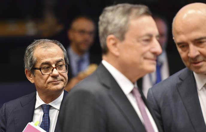Le ministre italien des finances, Giovanni Tria (à gauche), lors d'une réunion de l'Eurogroupe, à Luxembourg, le 1er octobre.