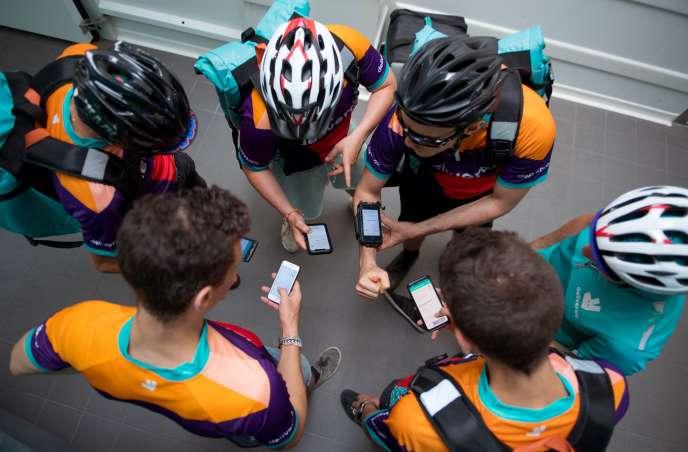 Des livreurs à vélo de la société Deliveroo attendent des instructions à Saint-Ouen (Seine-Saint-Denis), le 3 juillet.