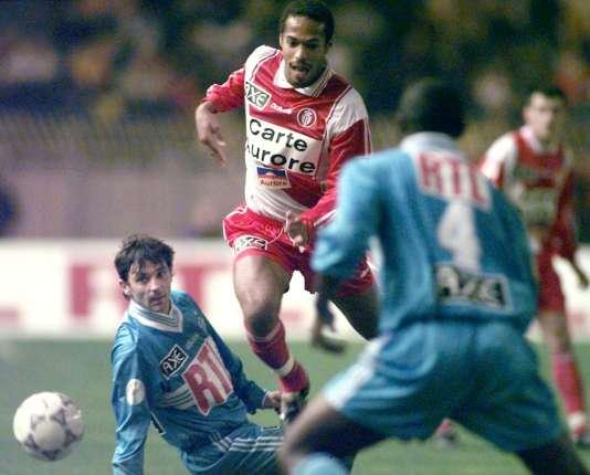 Thierry Henry, le 28 février 1998 au stade Louis II à Monaco, lors d'une rencontre contre Marseille.