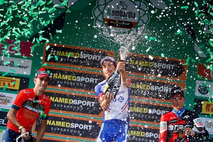 Thibaut Pinot fête sa belle victoire sur le Tour de Lombardie.