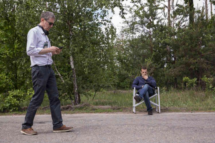 Eric Rochant (au premier plan) est le «showrunner» du «Bureau des légendes» : le créateur, le scénariste en chef, le réalisateur, le producteur. Sans lui, cette série, actuellement diffusée dans près de quatre-vingts pays, n'existerait pas. Il travaille aujourd'hui à l'écriture de la cinquième saison. (Mathieu Kassovitz au second plan.)