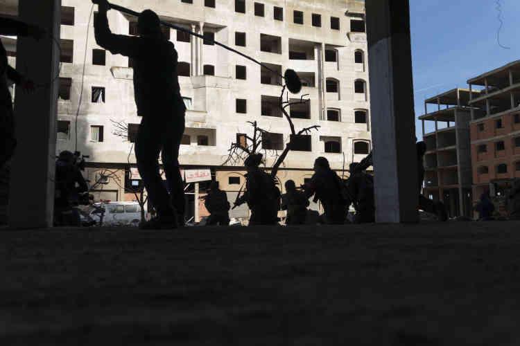 Dans la banlieue de Casablanca, tournage d'une scène du «Bureau des légendes». Même les photographes de guerre de l'agence Magnum ont été troublés :«On s'y croirait.»