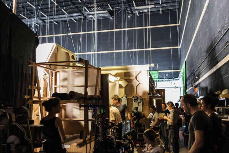 La fabrique du «Bureau des légendes» —quatre saisons en quatre ans, une dizaine de réalisateurs et autant de scénaristes, 466 journées de tournage dans 399 lieux — est une machinerie très complexe, unique dans l'histoire des séries françaises.