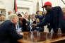 Le rappeur Kanye West montre à Donald Trump un projet d'avion propulsé à l'hydrogène pour remplacer Air Force One, dans le bureau Ovale de la Maison Blanche, le 11 octobre.