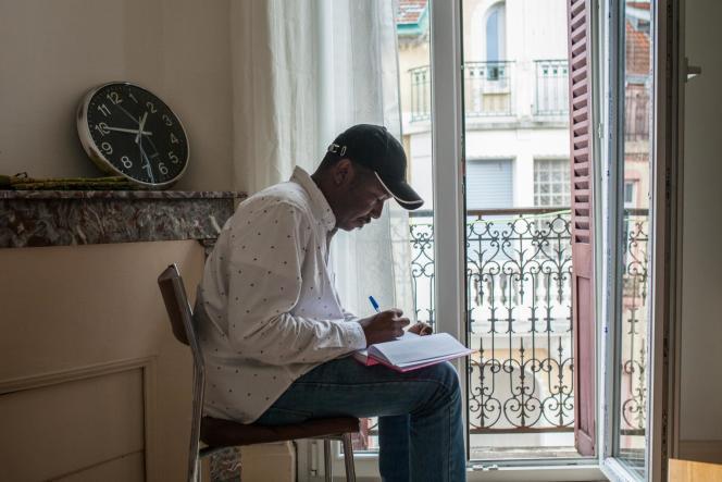 Ali dans son appartement à Vichy.