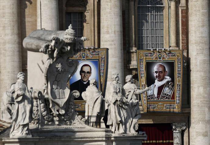 Des portraits de Paul VI (à droite) et de Mgr Oscar Romero, au Vatican, le 14 octobre.