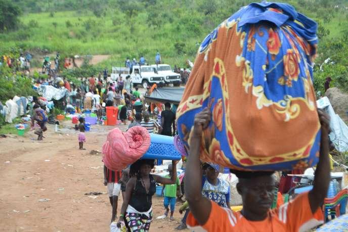 Des migrants congolais qui fuient l'Angola, au village frontalier de Kamako, le 12octobre 2018.