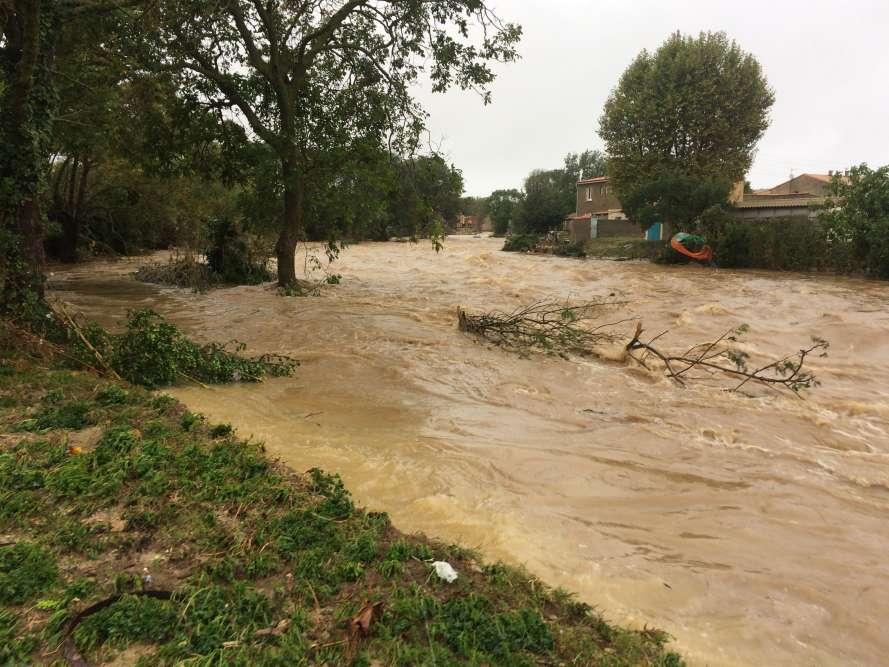 A Villegailhenc, le 15octobre, la rivière Trapel a débordé à cause des fortes pluies. Selon le ministère de l'intérieur, des renforts de sécurité civile sont en cours d'acheminement dans l'Aude. Il s'agit de sapeurs-pompiers des départements voisins et de militaires de la sécurité civile, basés à Brignoles, ainsi que de «moyens aériens complémentaires».