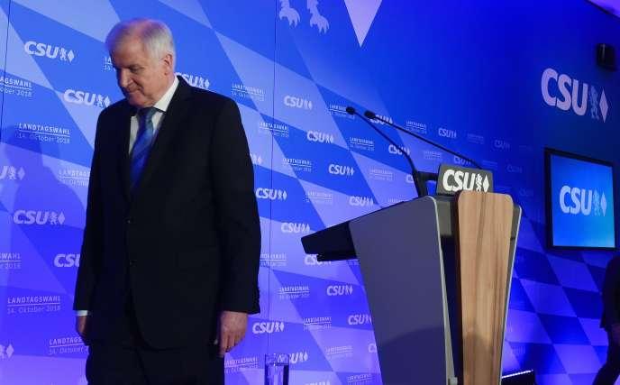 Le ministre de l'intérieur et président de la CSU, Horst Seehofer, après les résultats de son parti aux élections bavaroise, à Munich, le 14 octobre.