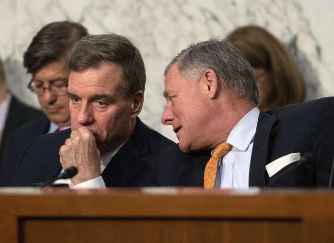Mark Warner, à gauche, avec le président du comité du renseignement du Sénat, le républicain Richard Burr, le 25juillet.