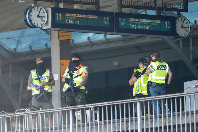 Après avoir fait évacuer la gare et bouclé le quartier situé au pied de la cathédrale de Cologne, les forces spéciales ont donné l'assaut en début d'après-midi.