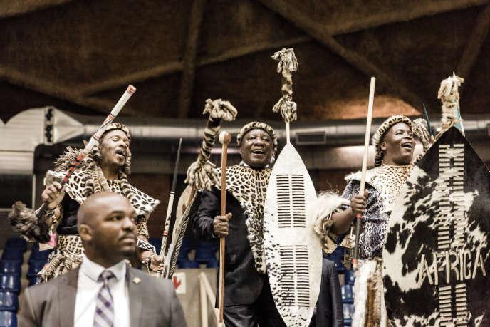 Le président sud-africain, Cyril Ramaphosa (au centre), lors d'une cérémonie de restitution de terres à la communauté KwaMwkazani, dans la province du KwaZulu-Natal, le 14octobre 2018.