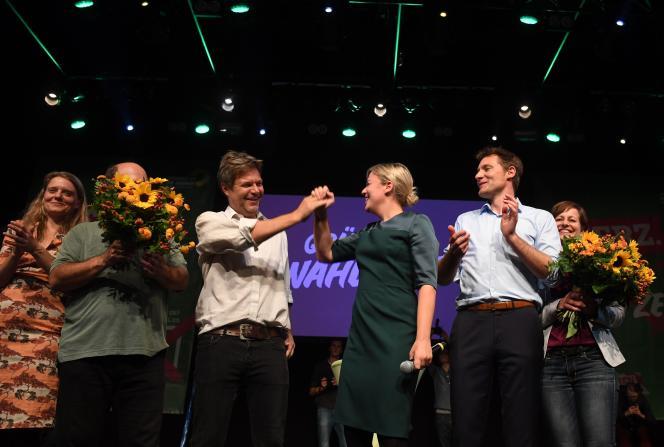 Les co-têtes de liste aux élections régionales en Bavière, Katharina Schulze et Ludwig Hartmann (quatrième et cinquième en partant de la gauche), à Munich, le 14 octobre.