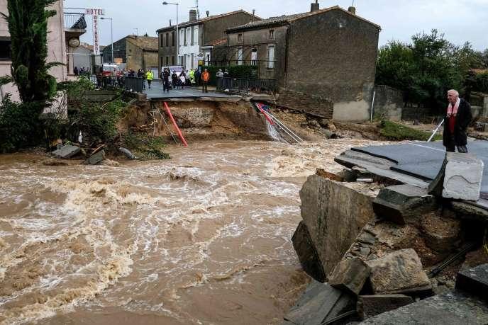Un pont emporté par l'inondation à Villegailhenc (Aude), le 15 octobre.