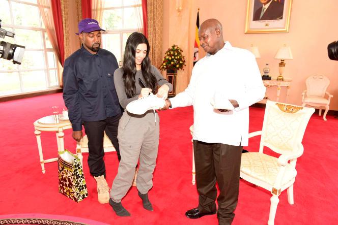 Kim Kardashian, accompagnée de son époux, Kanye West, dédicace une chaussure pour le président ougandais, Yoweri Museveni, à Entebbe, le 15octobre 2018.