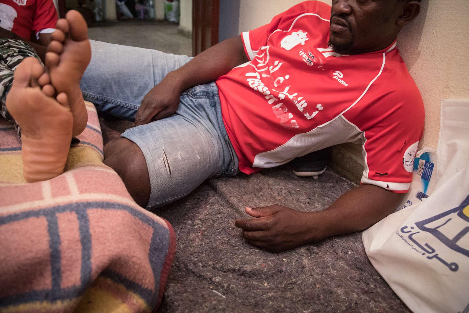 Donatien est arrivé à Agadir il y a un mois et demi. Auparavant, il vivait à Tanger. Des policiers marocains ont débarqué un jour chez lui à 5 heures du matin. Il a été menotté puis déposé avec d'autres migrants près de la ville de Tiznit, à 900 km plus au sud. Crédits : CAMILLE MILLERAND POUR LE MONDE