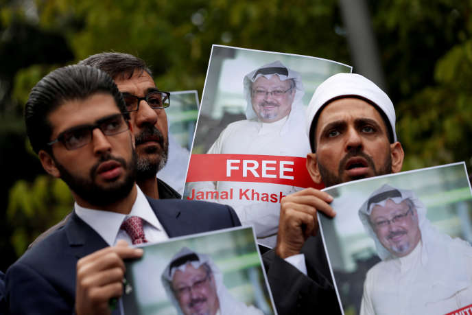 Des manifestants brandissent le portait de Jamal Khashoggi devant le consulat d'Arabie saoudite à Istanbul, en Turquie, le 8 octobre.