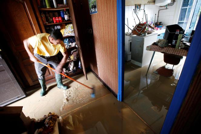 Un habitant nettoie sa maison inondée, le 15 octobre à Trèbes (Aude).