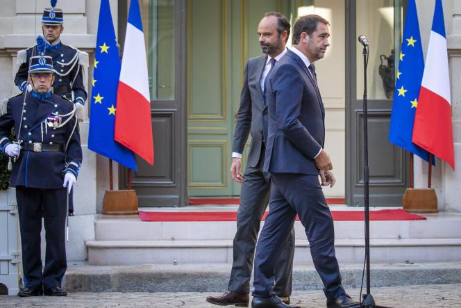 Edouard Philippe et Christophe Castaner lors de la passation des pouvoir au ministère de l'intérieur, à Paris, le 16 octobre.
