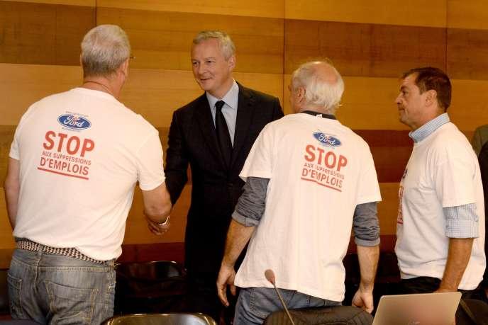 Le ministre des finances, Bruno Le Maire, et les représentants du personnel de l'usine Ford-Blanquefort, à Bordeaux, le 15 octobre.