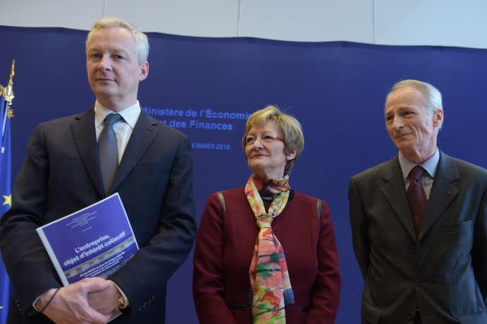 Le ministre de l'économie et des finances, Bruno Le Maire, aux côtés de Nicole Notat et Jean-Dominique Senard, lors de la présentation de leur rapport sur «l'entreprise, objet d'intérêt collectif»,en mars.