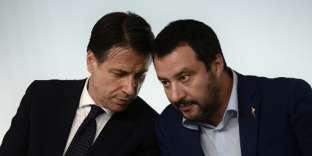 Lepremier ministre italien, Giuseppe Conte,et Matteo Salvini, ministre de l'intérieur et vice-premier ministre, lors de la conférence de presse du 15 octobre au Palais Chigi.