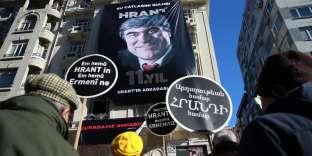 Rassemblement à la mémoire de Hrant Dink, assassiné le 19 janvier 2007 par un nationaliste turc quand il dirigeait le journal bilingue arménien-turc « Agos ». Devant la rédaction du journal, à Istanbul, le 19 janvier 2018.