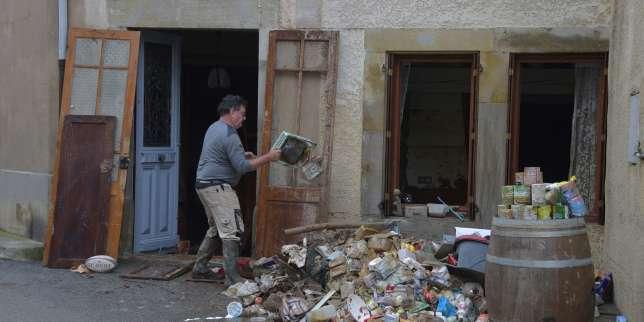 A Villegailhenc (Aude), un habitant vide sa maison après l'inodation, le 15 octobre.