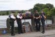 Des policiers nord-irlandais avec leurs collègues de la République d'Irlande, le 19 juillet sur le pont de Belleek, qui marque la frontière.