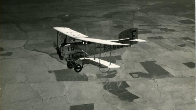 Un Breguet XIV de la société Latécoère survole Malaga, en Espagne, au début des années 1920.