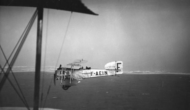 Un BreguetXIV de la société Latécoère, au large des côtes du Sahara, au début des années 1920.