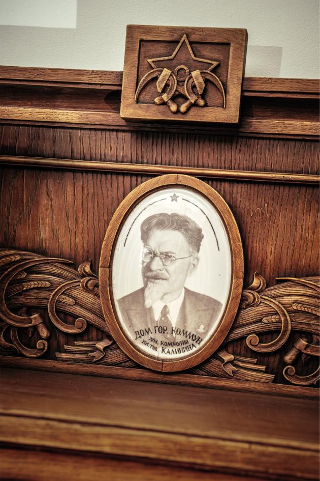Le dirigeant soviétique Mikhaïl Kalinine apparaît enmédaillon surun des meubles exposés à la galerie Heritage.