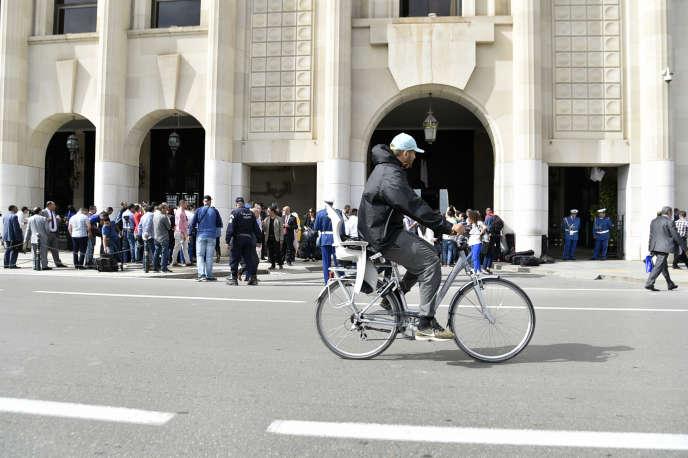 Des députés du FLN et du RND bloquent l'accès à l'Assemblée populaire nationale, à Alger, le 16octobre 2018.