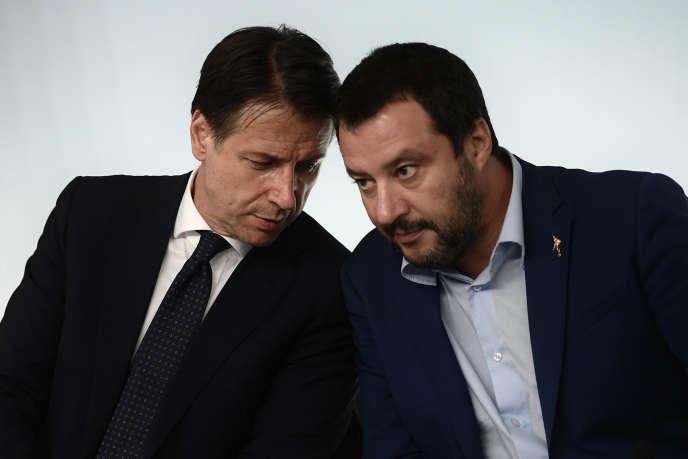 Giuseppe Conte, le premier ministre de l'Italie (à gauche) et Matteo Salvini, vice-premier ministre et ministre de l'intérieur, lors de la conférence de presse sur le budget du pays, à Rome, le 15 octobre
