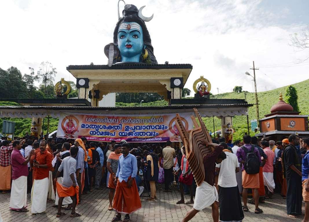 Des manifestants traditionalistes devant l'entrée du templed'Ayyappaà Sabarimala, dans l'Etat du Kerala, le 17 octobre 2018.