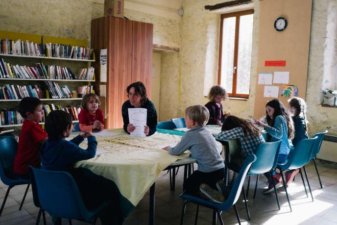 Atelier d'écriture à l'Association rurale d'éducation populaire (AREP) de Festes-et-Saint-André (Aude), en octobre 2018.